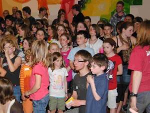Selten: Lachende Kinder in der Kirche