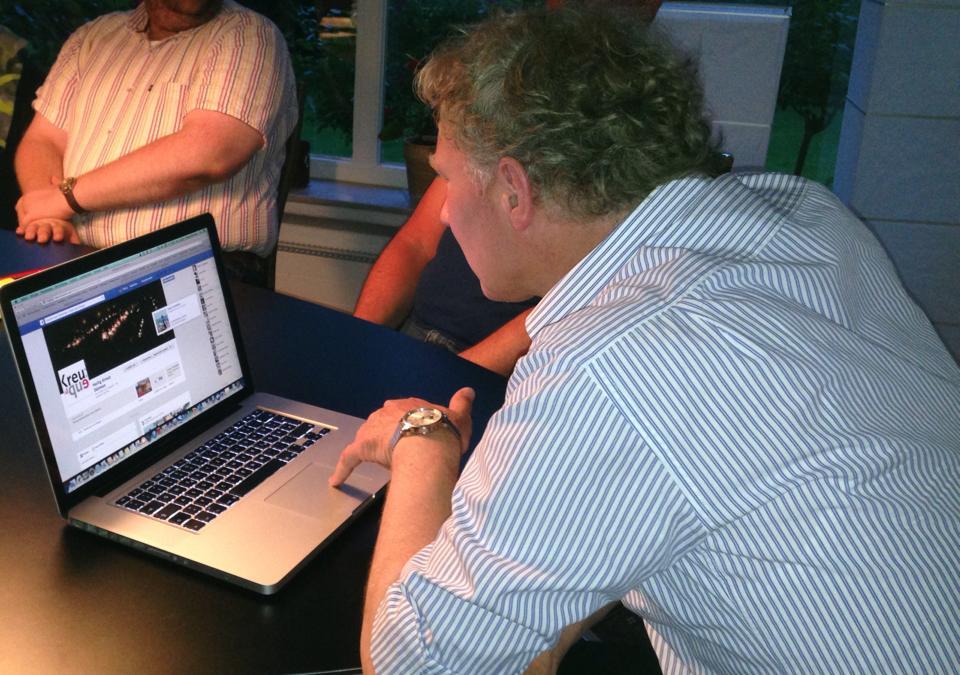 Pfarrer Peter Nienhaus schaut sich den Facebookauftritt an